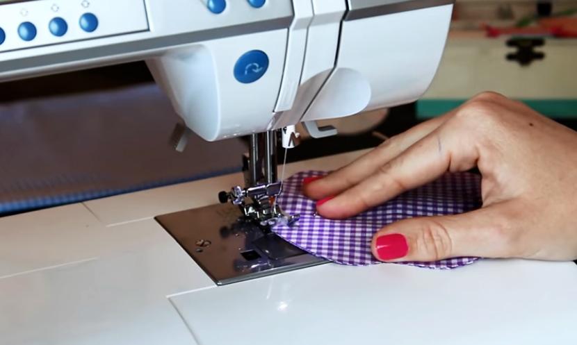 costura de cola de ratón y tela para apoya vasos en forma de manzana
