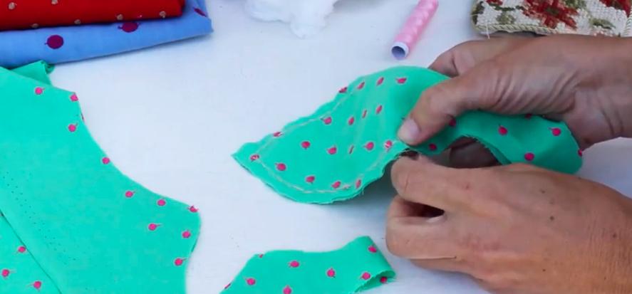 costura de piezas de tela para guirnalda de peces