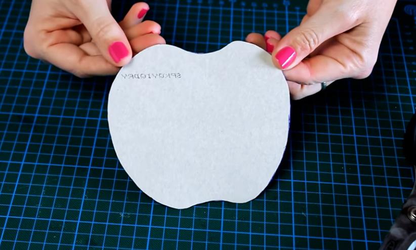 marcado y corte de patrón en cartón para apoya vaso de tela en forma de manzana