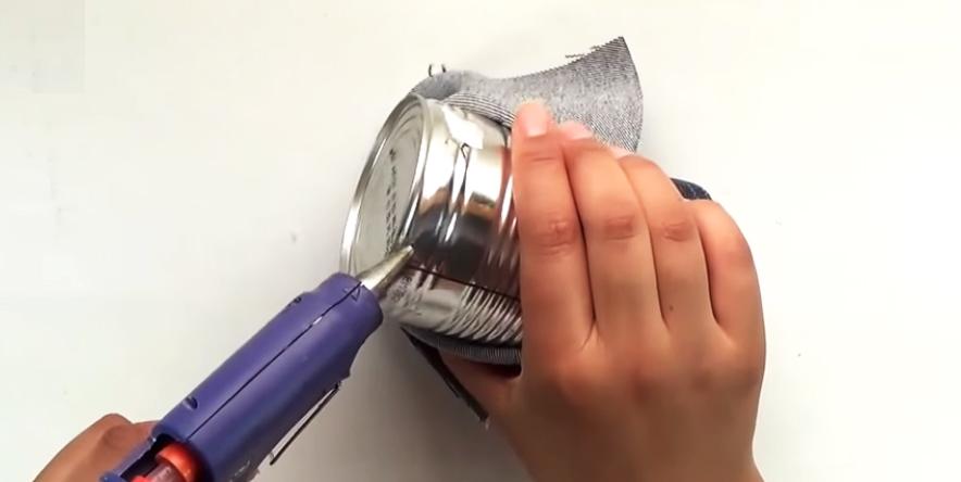 pegado de tela en parte inferior de lata para porta lápices