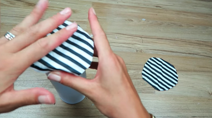 pegado de tela en tapas de frascos para cartuchera cilíndrica