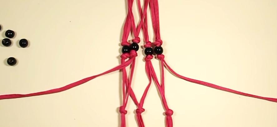 realización de segundos nudos internos en tiras de tela para colgante de maceta