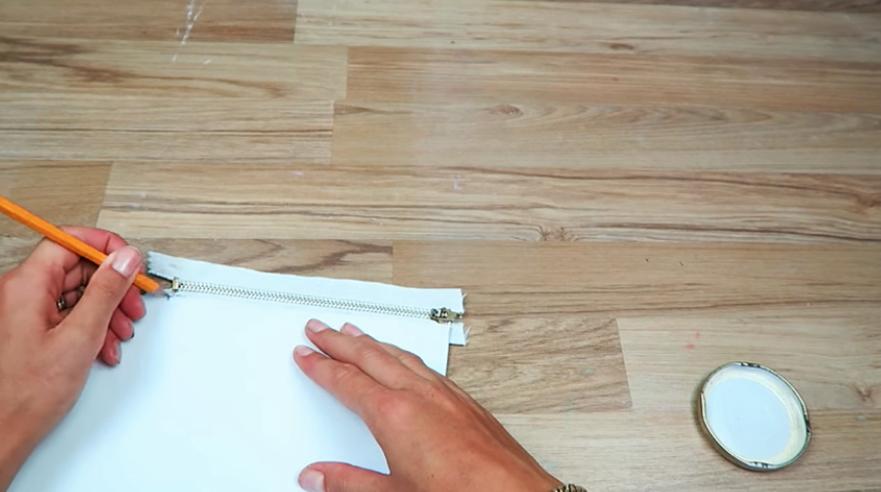 toma de medidas de largo de cierre para cartuchera cilíndrica de tela