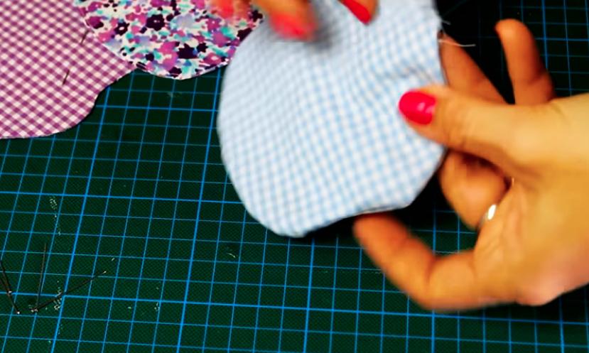 vuelta de piezas de tela para apoya vasos en forma de manzana