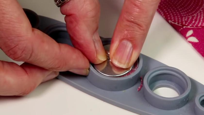 colocación de parte trasera de botón para forraje con tela
