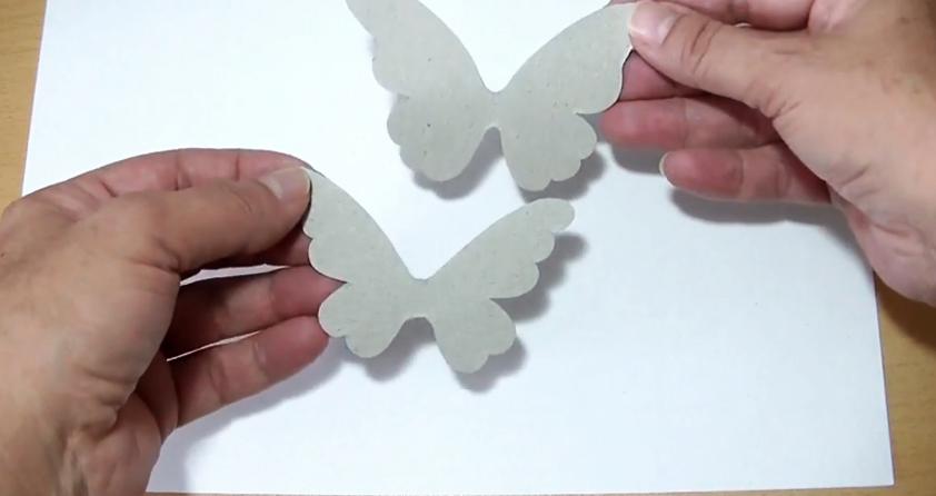 dibujo de mariposa en cartón para móvil de tela