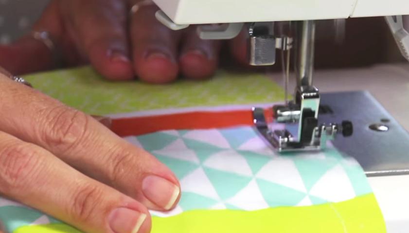 realización de primer pespunte en tela para vestido de niña