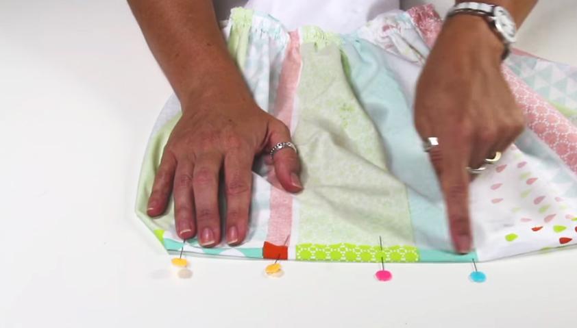 realziación de dobladillo en tela para vestido de niña