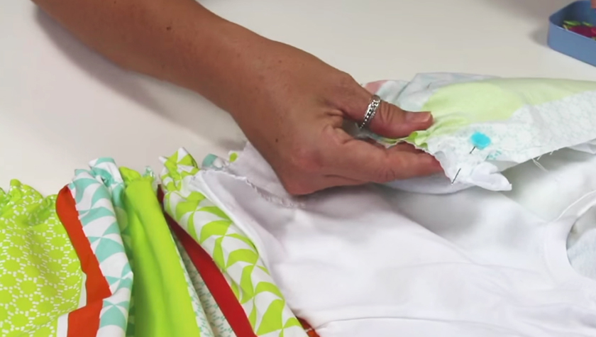 unión de remera con tela para vestido de niña