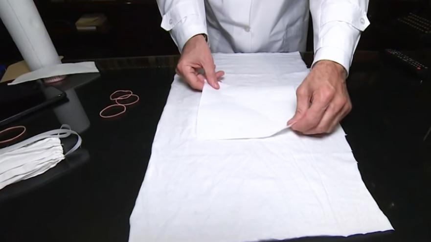 colocación de papel de cocina en tela para barbijo contra el coronavirus
