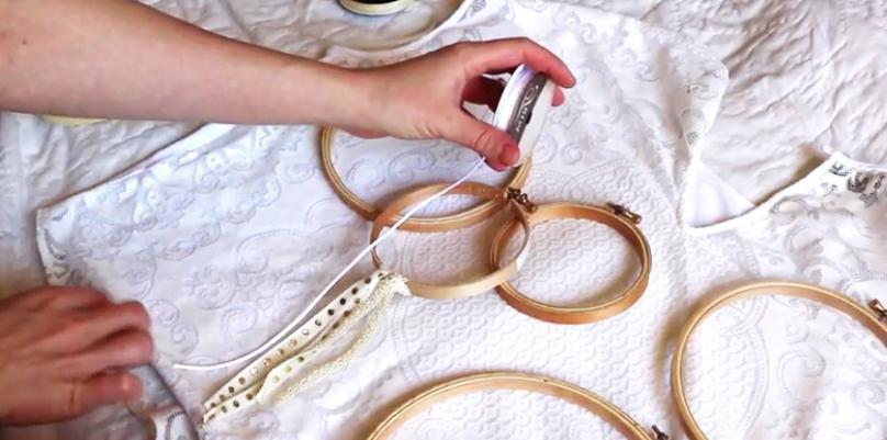 corte y anudado de cintas y puntillas en bastidor para atrapasueños de tela