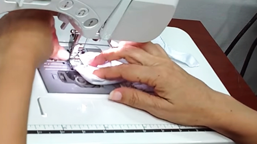 realización de dobladillo inferior para guantes de tela para protección contra coronavirus