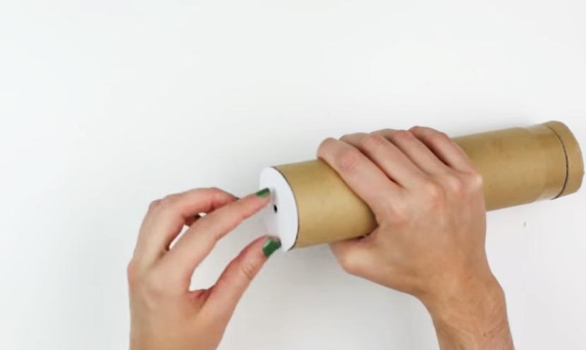 pegado de circulo de cartulina a tubo de cartón para caleidoscopio decorado en tela