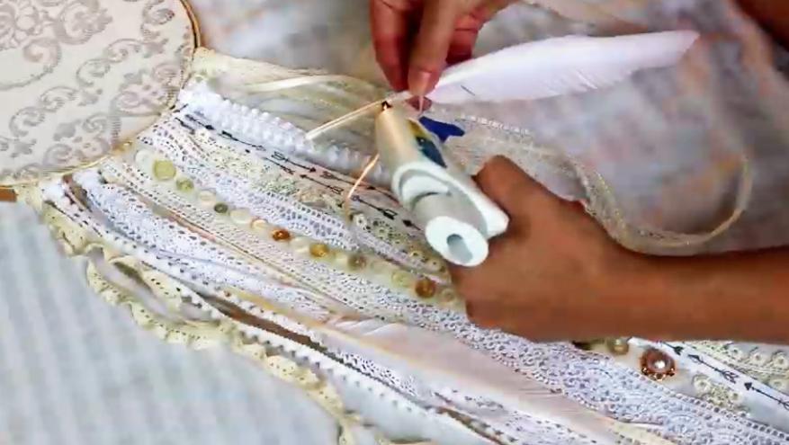 pegado de de pluma a cinta para atrapasueños de tela