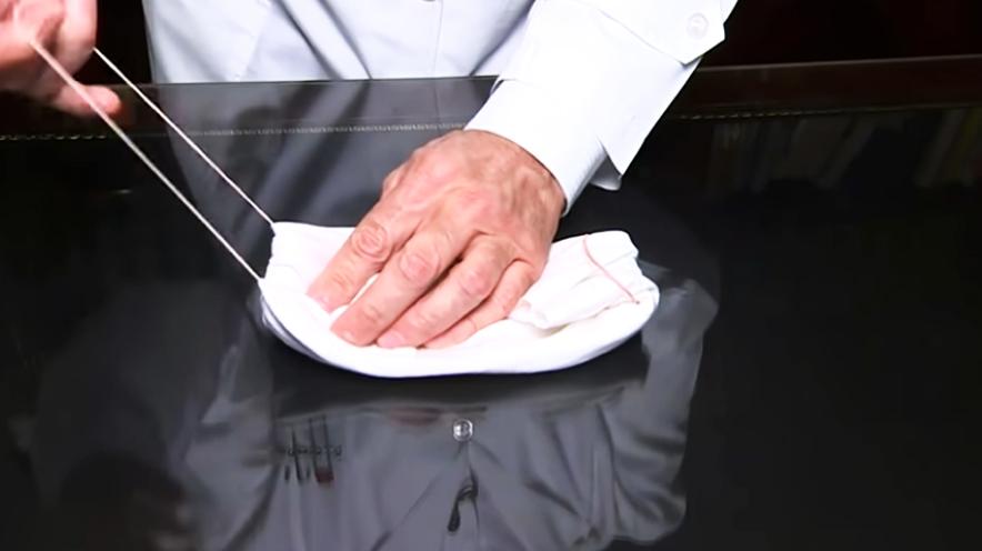 realización de pliegue de tela interna para barbijo contra el coronavirus