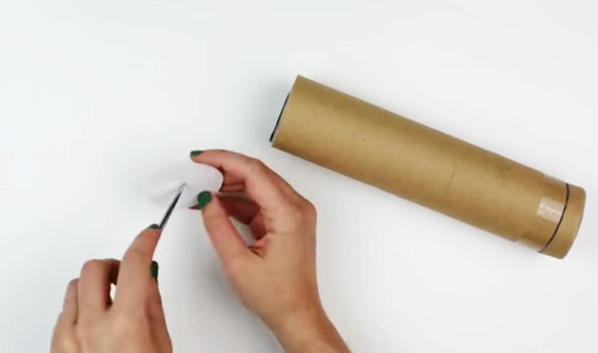 realización de agujero en circulo de cartulina para caleidoscopio decorado en tela