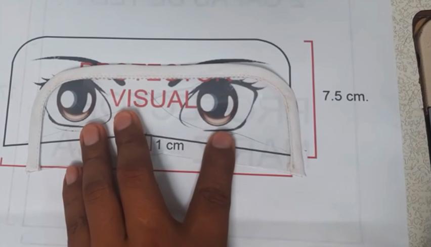 colocación de cinta de bies para protector visual de tela contra coronavirus