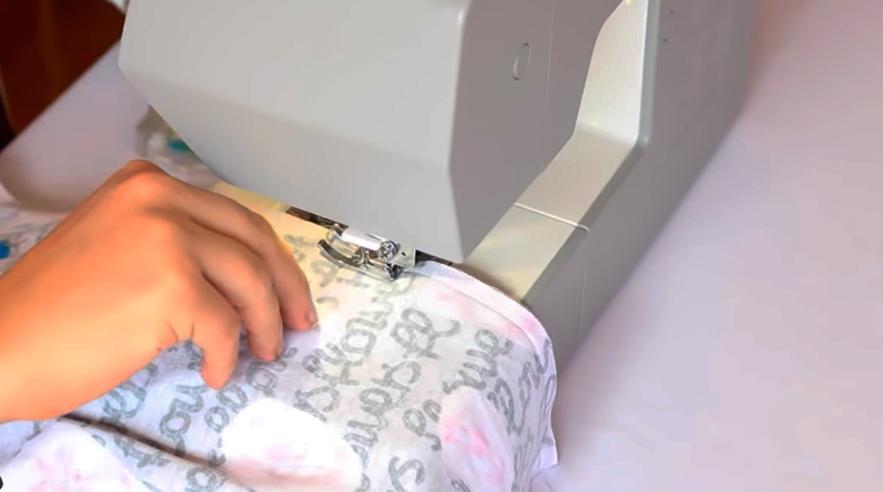 costura de curvas laterales del pantalón pijama de tela