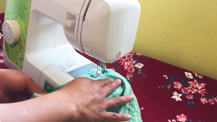 costura de unión de mangas con pieza de tela para bata
