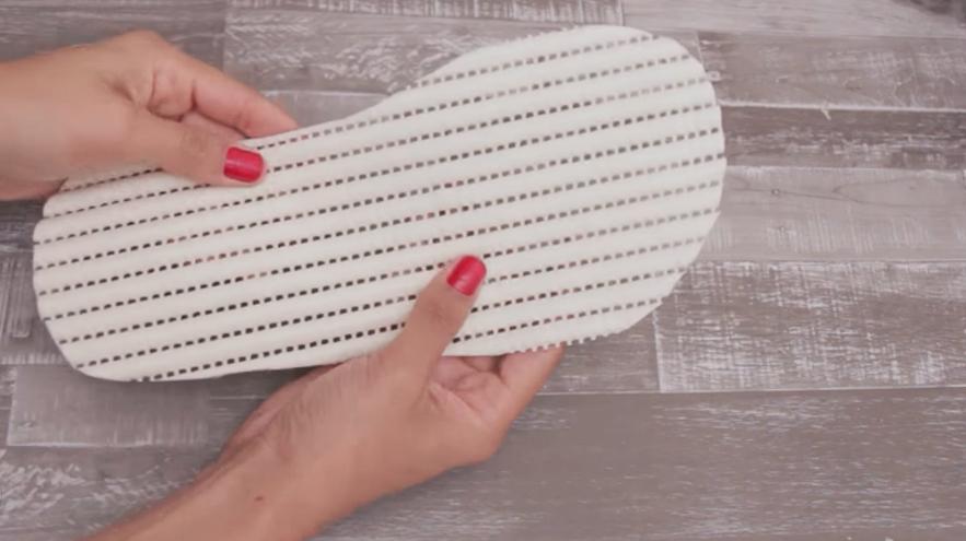 marcado y corte de primeros moldes en pla?stico antideslizante para pantuflas de tela