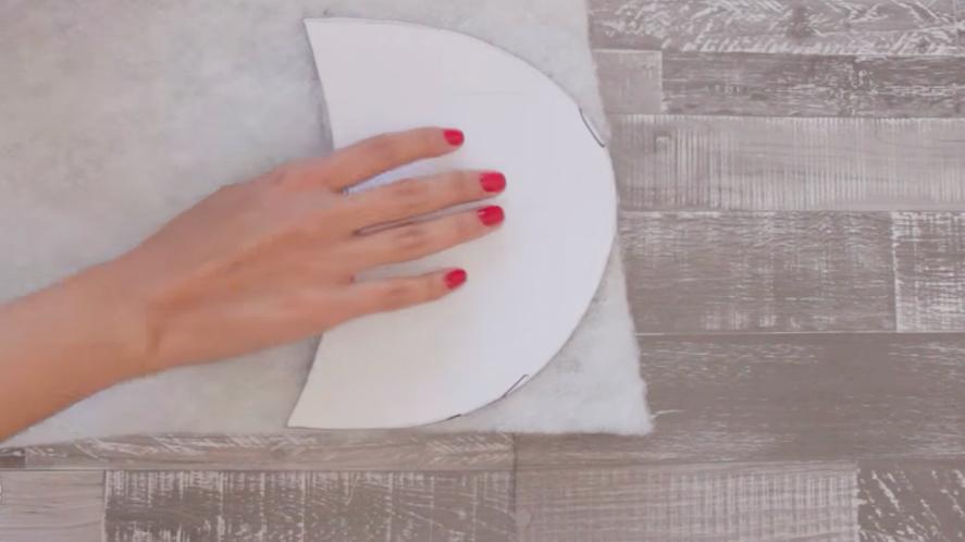 marcado y corte de segundos moldes sobre guata para pantuflas de tela