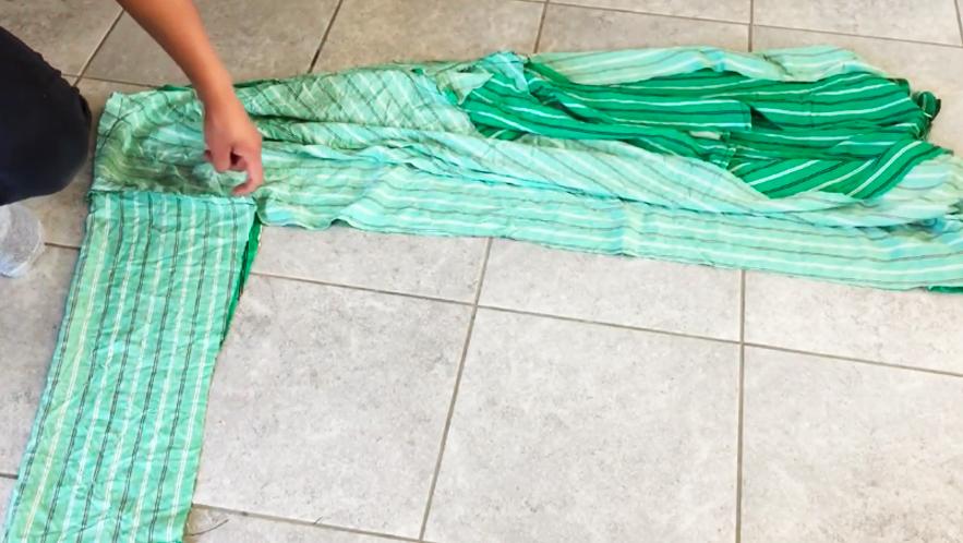 realización de costura en bajo de mangas y cierre de bata en lados exteriores de tela