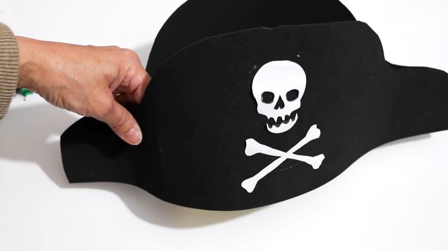 sombrero de pirata de tela terminado