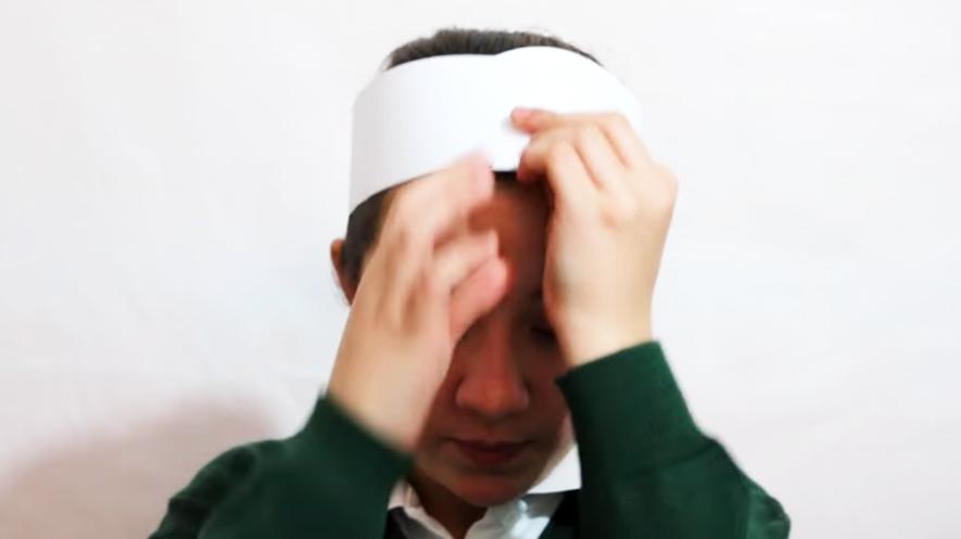 toma de medida de cabeza de niño para sombrero pirata de tela