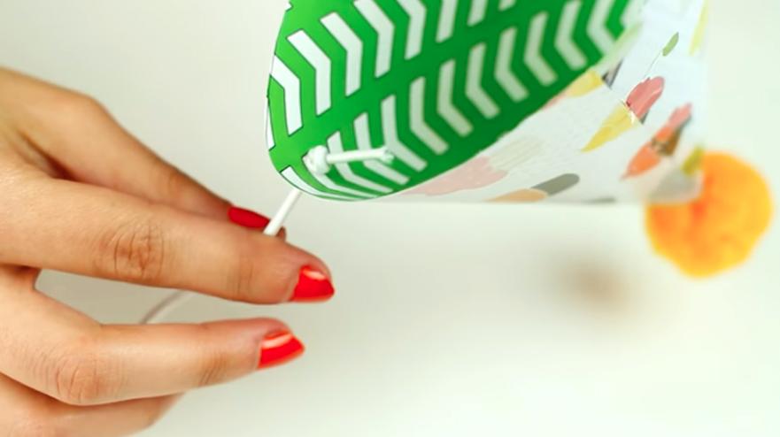 colocación de cordón en gorro de tela para cumpleaños
