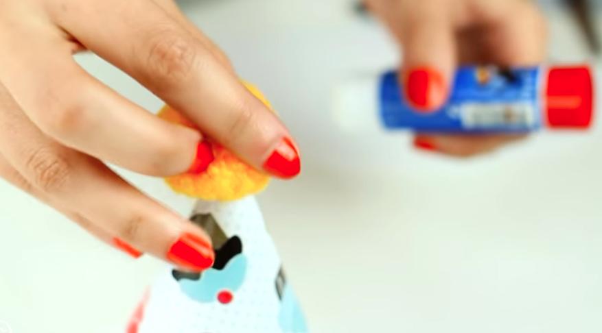 colocación de pompón en gorro de tela para cumpleaños