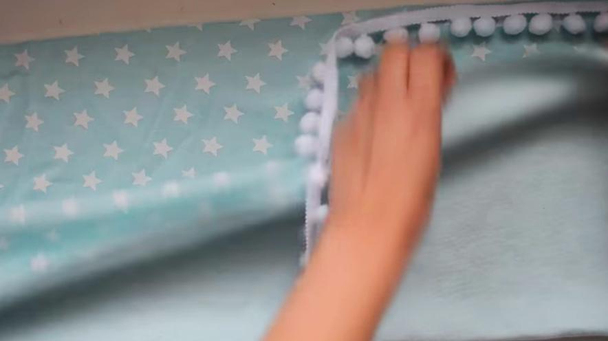 colocación de tira de pompones en tela para bufanda infinita