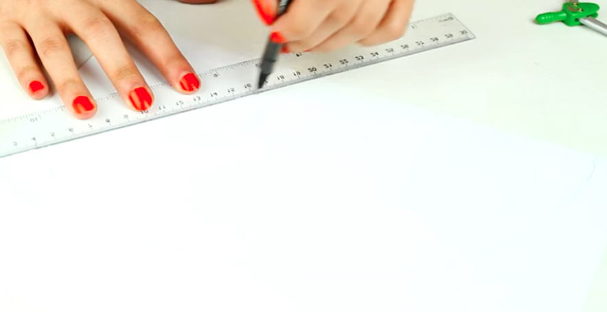 dibujo de diagonal en papel para gorro de tela para cumpleaños