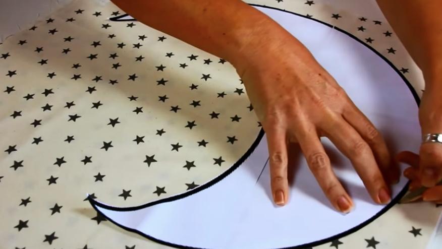 marcado de patrón en tela para almhadón en forma de luna