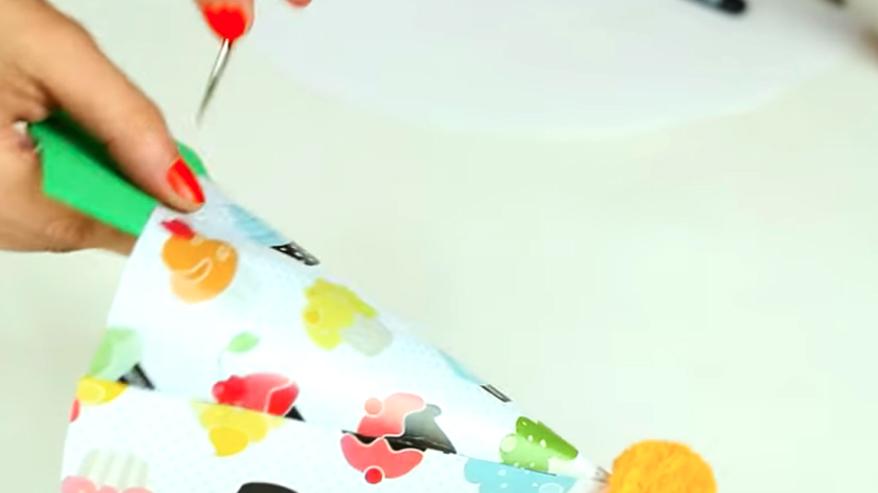 realización de orificio en gorro de tela para cumpleaños