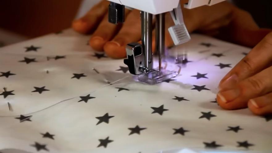 realización de primera costura en tela para almhadón en forma de luna