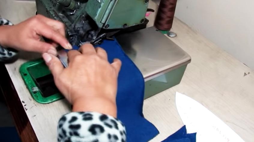 realización de primer costura en tela para gorro de invierno