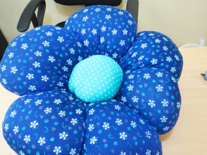 almohadón de tela en forma de flor terminado