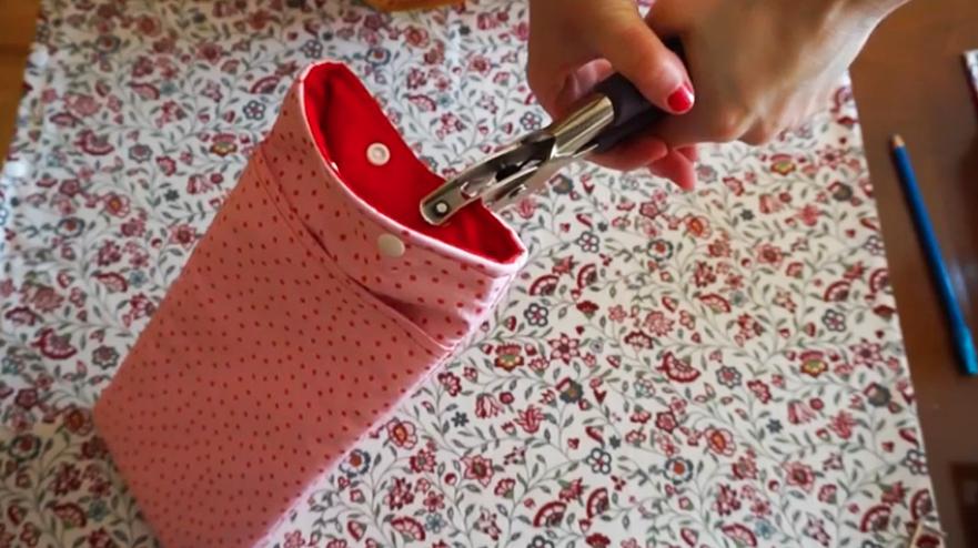 colocación de botones en funda de tela para plancha de pelo