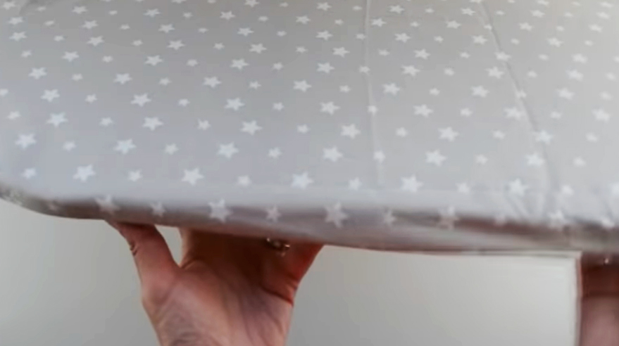 colocación de funda de tela en tabla de planchar
