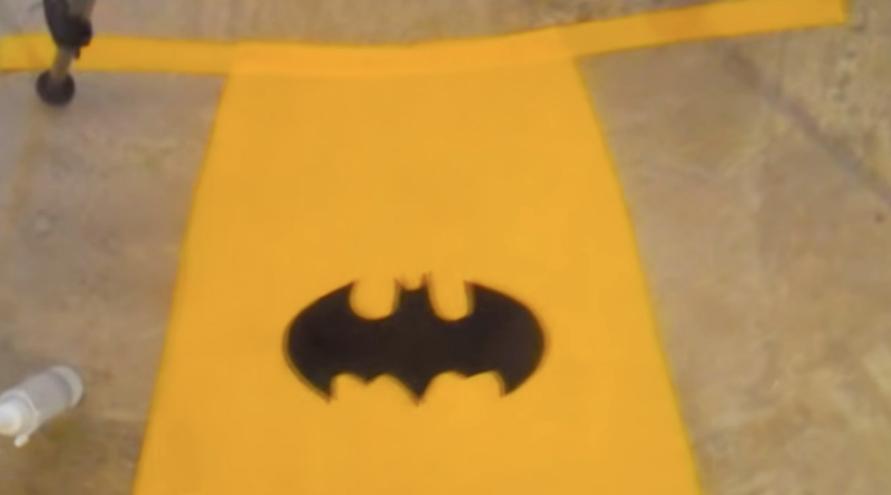 pegado de logo sobre tela para capa de superhéroe