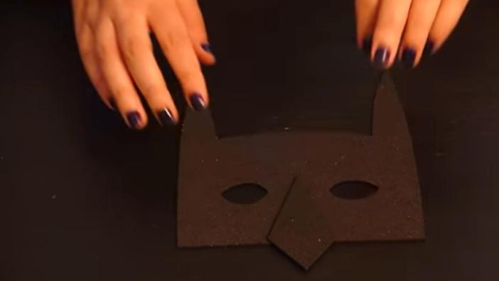 corte de figura de Batman en tela para antifaz