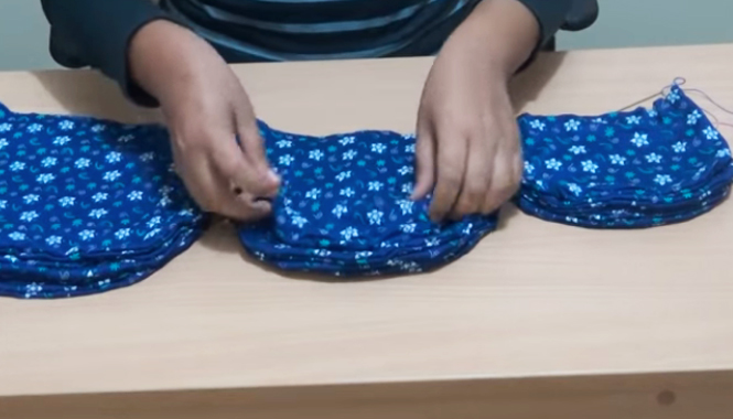 vuelta de piezas de tela para almohadón en forma de flor