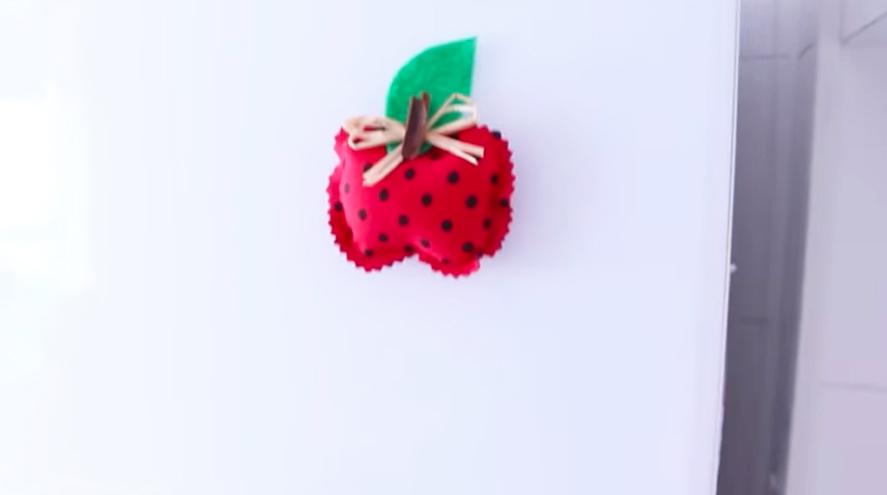 imán de tela en forma de manzana terminado