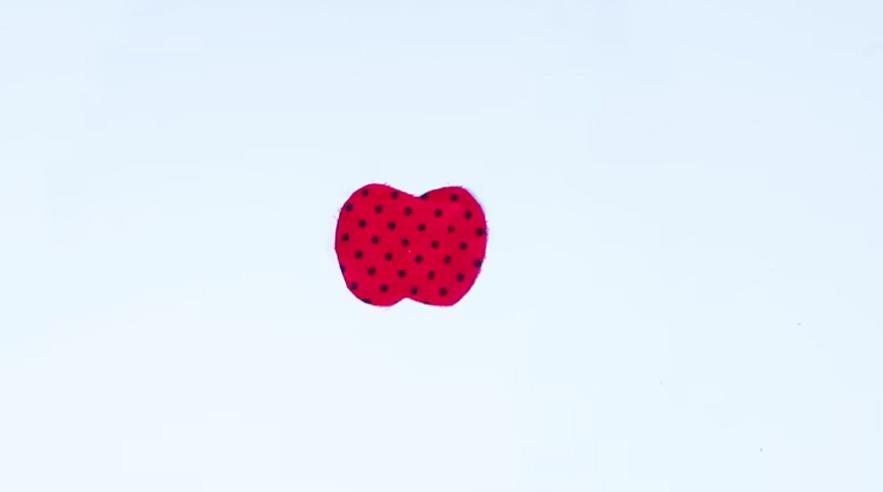 marcado y corte de tela para imán en forma de manzana