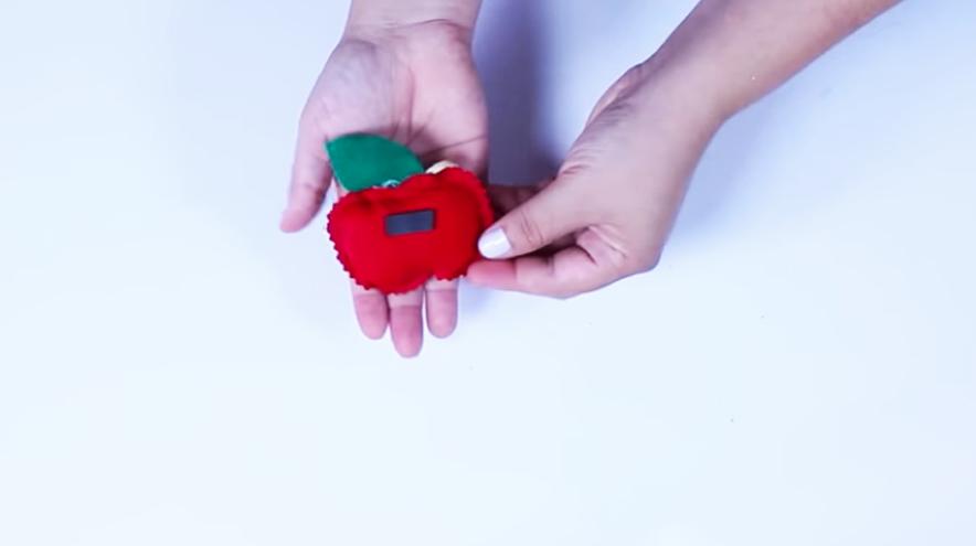 pegado de imán en manzana de tela